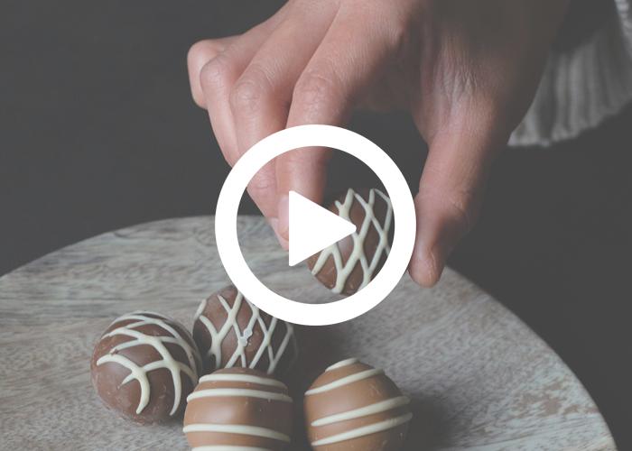 Dossier thématique GRATUIT : Le manger-mains expliqué en vidéos